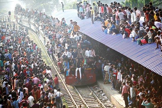 רכבת נכנסת לתחנה, דהקה / צלם: אנדו ביראג'